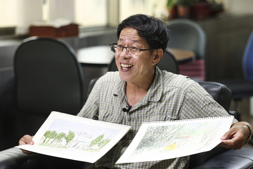 劉克襄開心展示媽媽多年來的畫作。記者王聰賢/攝影
