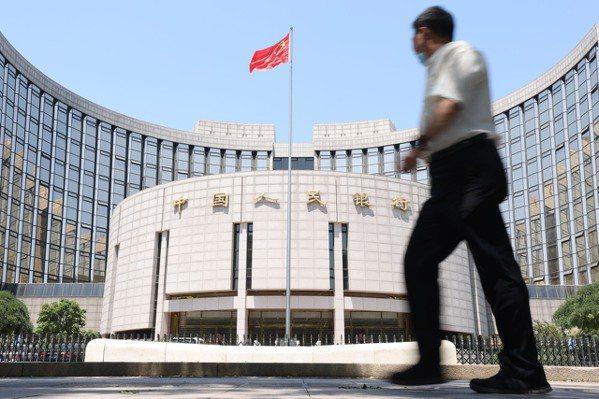 圖為北京市民從中國人民銀行前經過。 中新社