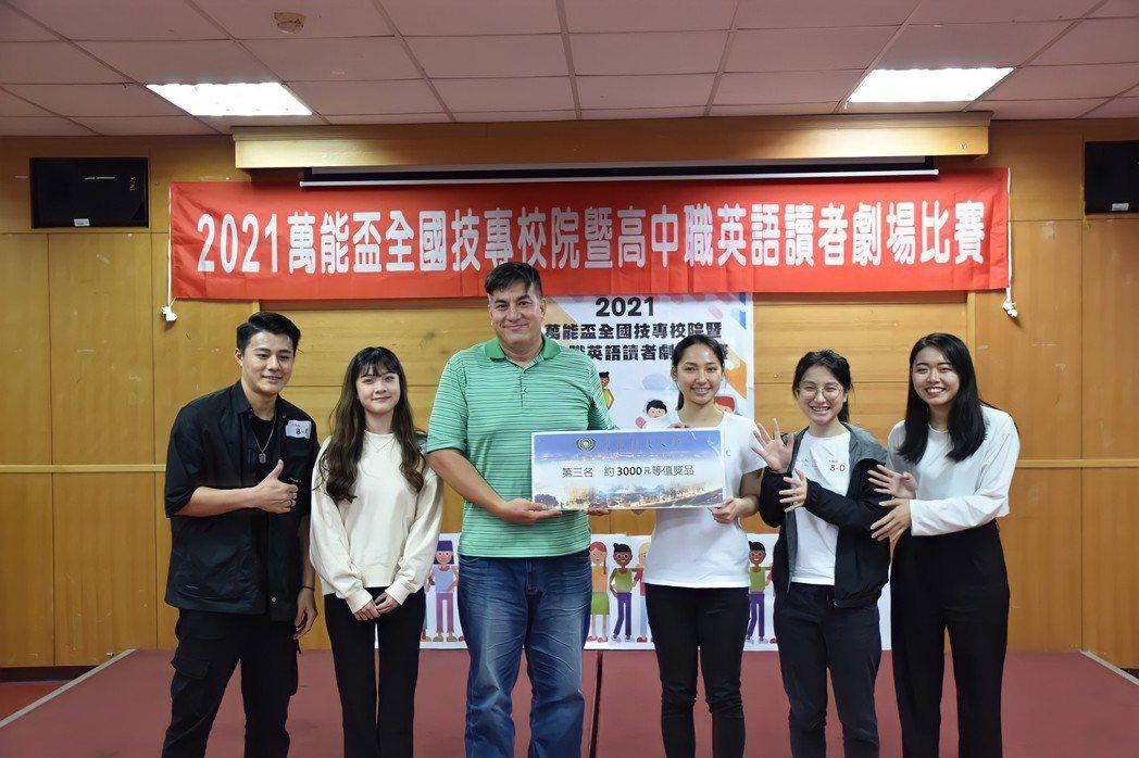 航服系傅羽慈(左二起)、與同學張柏恩、彭茹蕙、林妙旻與洪子喬協力獲得「全國英語讀...