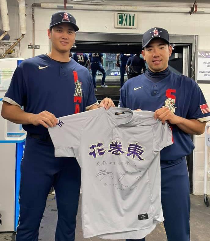 大谷翔平(左)自備高校時的球衣與菊池雄星(右)合影開校友會! 截圖自天使官方推特