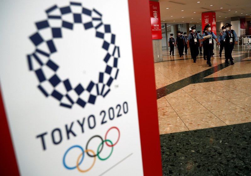 日本近期發現東奧發給志工的用品,包含制服與鞋子等有多件在網路上出售。 路透社