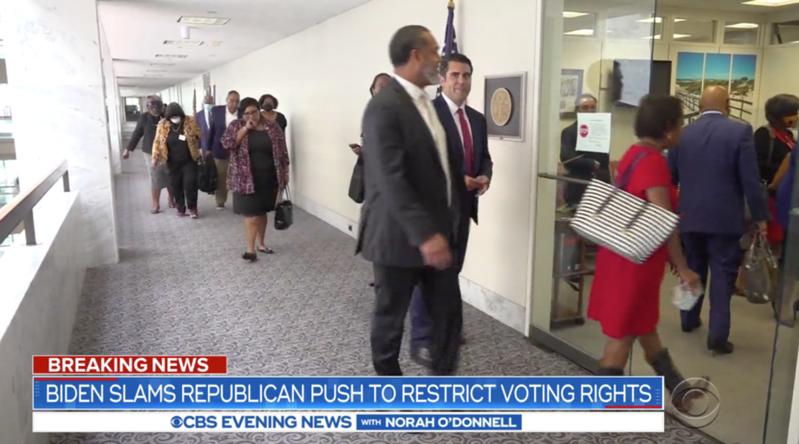 逾50名德州民主黨議員離開德州以避免共和黨強推法案。(photo by 網路影片截圖)