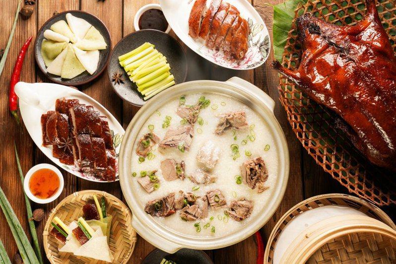 最受歡迎的一鴨多吃含有10片青蔥餅皮、10片原味餅皮的烤鴨捲餅,以及鴨腿、冰梅醬、上湯鴨骨粥,凝縮了鴨隻所有精華美味。