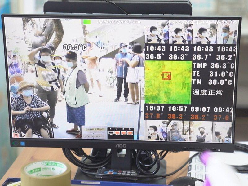 淡水區新興里米粉寮福德宮捐贈了紅外線額溫顯像儀器,以及四組酒精自動噴霧器,共超過20多萬元給淡水衛生所。 圖/紅樹林有線電視提供