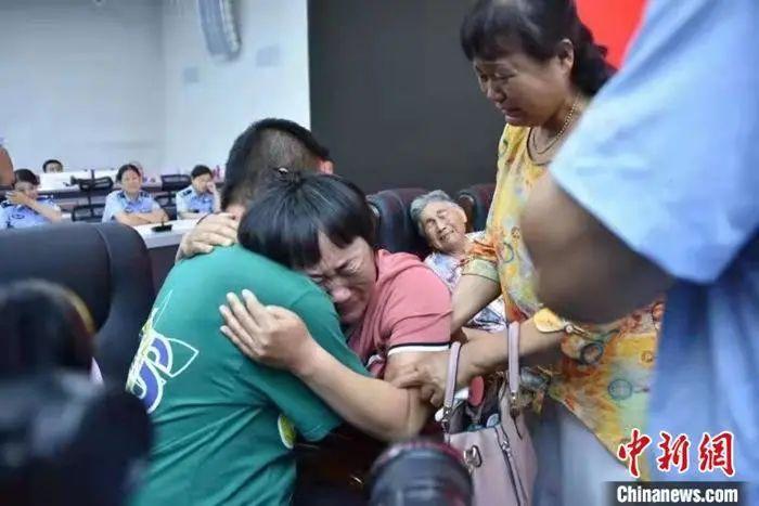 分離20多年後,家人終於相擁而泣。圖/取自中新網