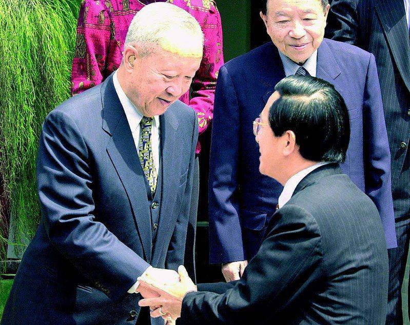 劉和謙上將(左)高齡94歲仍「現役」,擔任總統府戰略顧問。圖/聯合報系資料照片