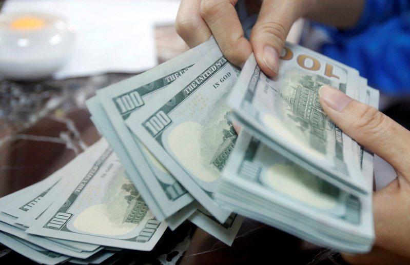 美元周二(13日)與美國公債殖利率一起上揚,反應市場擔心通膨。(路透)