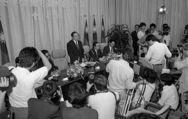 民國76年7月14日,總統府發布總統令,宣告臺灣地區自7月15日零時起解嚴,外匯管制開放措施亦同日起生效。圖/聯合報系資料照片