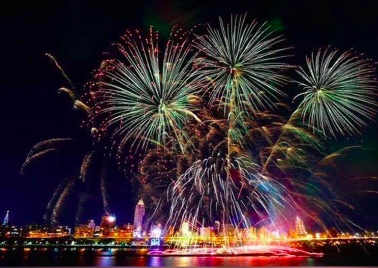 受疫情影響,台北市長柯文哲拍板,決定七夕情人節的「2021大稻埕情人節煙火秀,將延期至10月16日舉辦,圖為去年大稻埕煙火秀施放美景。圖/北市府提供