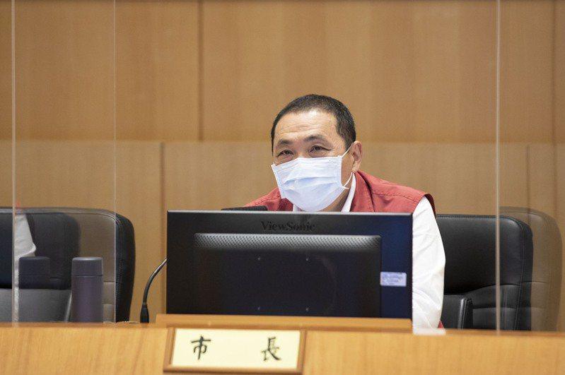 新北市長侯友宜今在市政會議指出,見到韓國、荷蘭解封又再封,因此解封需要小心謹慎,否則對經濟又是再度傷害。圖/新北新聞局提供