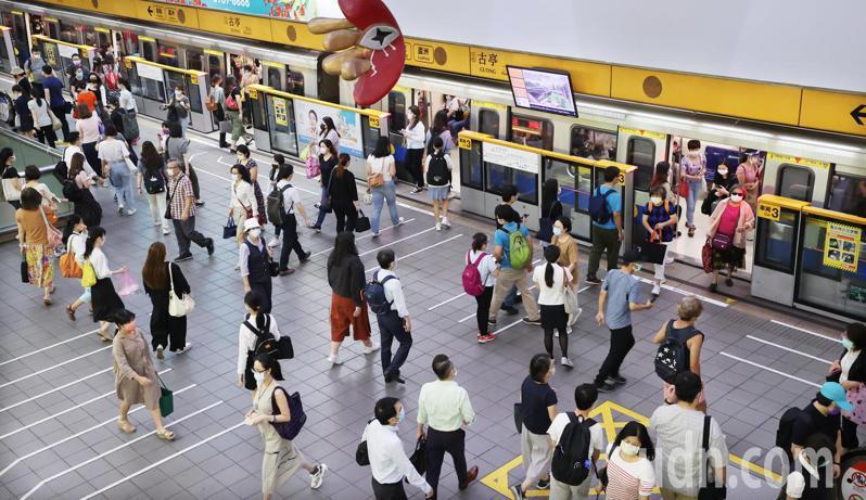 「微解封」許多公司恢復上班,各地捷運在尖峰時間人潮明顯增加。 記者曾學仁/攝影