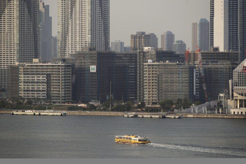 距離東京奧運開幕已經剩下不到兩周的時間,屆時會有幾項競賽是在東京灣舉辦、包括鐵人三項比賽,不過近日有消息稱儘管政府當局花了數月的時間來清理水質,但東京灣如今「還是很臭」。美聯社
