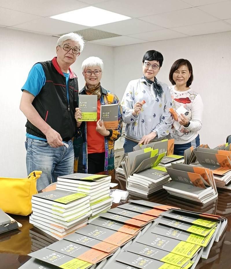 資深媒體人高愛倫(左2)開創共400多人的LINE群組「愛倫書房」,還替書友請作家張曼娟(右2)簽書。圖/高愛倫提供