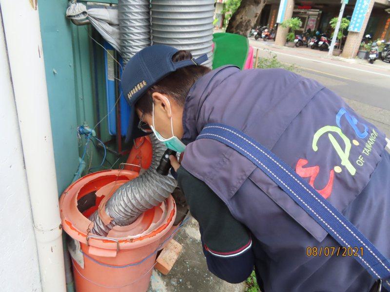 台南市環保局加強稽查病媒蚊,防登革熱。圖/南市環保局提供