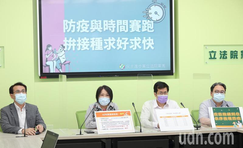 民進黨立委黃世杰(右起)、羅致政、劉世芳、鄭運鵬等人今天舉行記者會,說明疫苗已簽約的數量逐漸足夠,呼籲各縣市盡力把疫苗打好打滿。記者潘俊宏/攝影