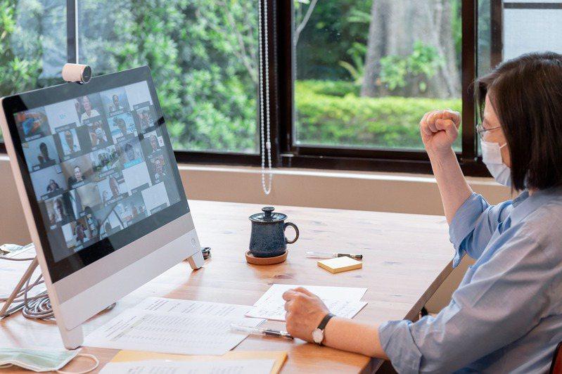 蔡英文總統透過視訊參與醫師公會全聯會主辦的因應疫情應變會議。圖/取自蔡英文臉書