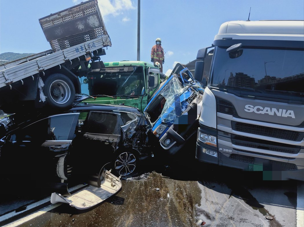 台64西行下八里匝道今天上午發生10車連環追撞事故。記者柯毓庭/翻攝