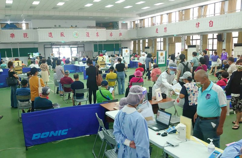 桃園市蘆竹區接種站不少66歲民眾接種疫苗。記者曾增勳/攝影