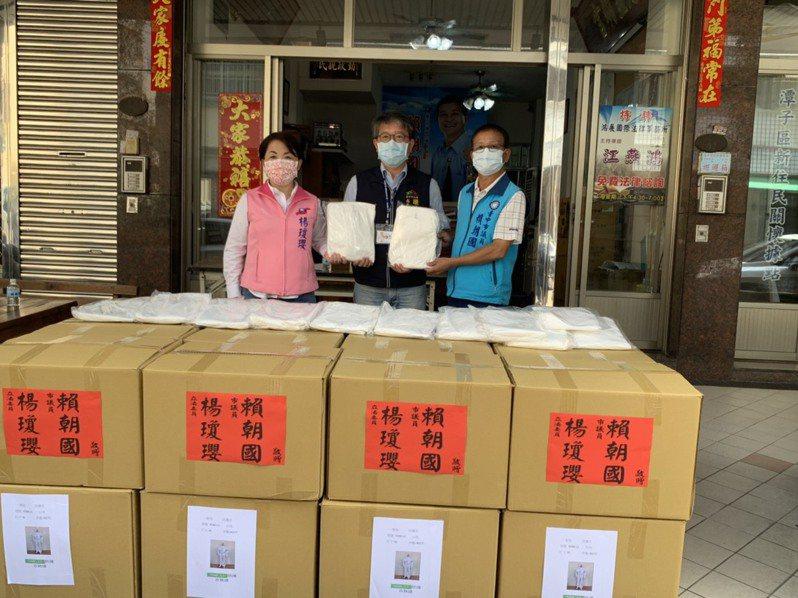 台中市議員賴朝國與立委楊瓊瓔號召有茗國際有限公司,今日贈送1000套防護衣,供台中市環保局第一線防疫消毒人員使用。圖/賴朝國服務處提供