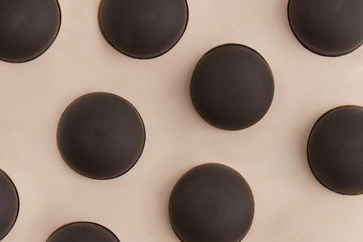 首波聯名概念照中可以看到一顆顆的TOD'S標誌性豆豆細節。圖/迪生提供