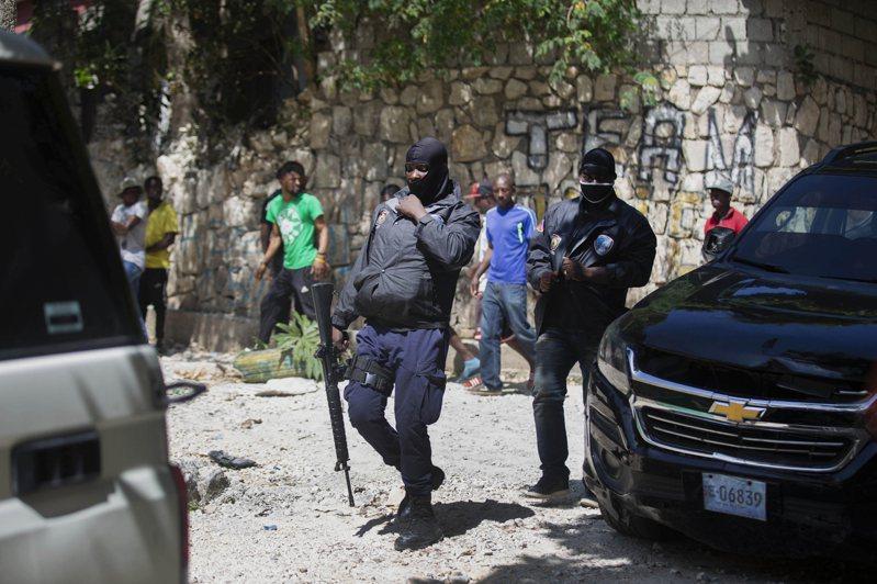 海地總統摩依士日前遭刺殺,從外電照可看到海地警方手持國造T65步槍。美聯社