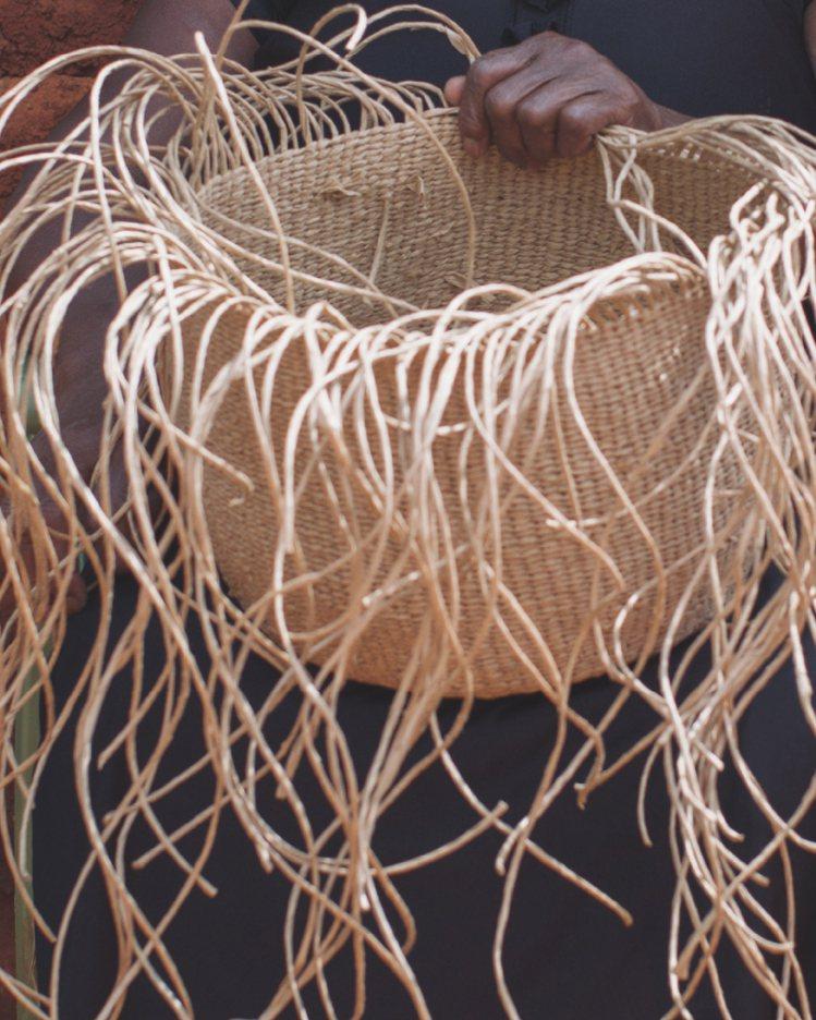 Basket系列提籃分為長版單肩背帶款和可以側背、斜跨背的束口袋款,兩者的包身都...