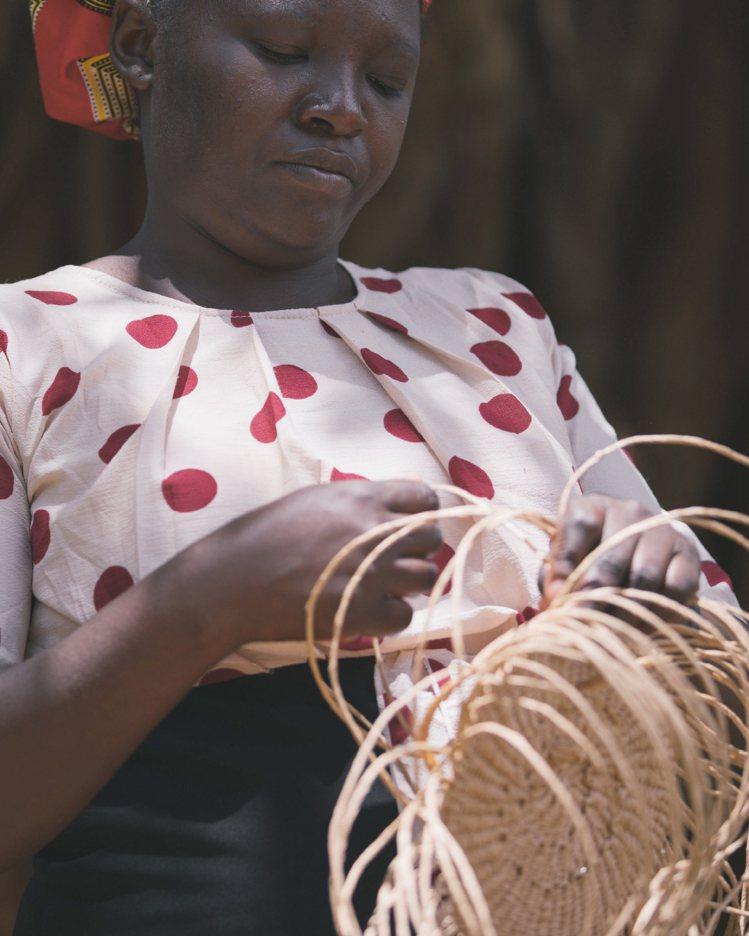 Basket編織提籃與Woody編織包款一樣,都遵循符合道德規範以及對環境友善的...