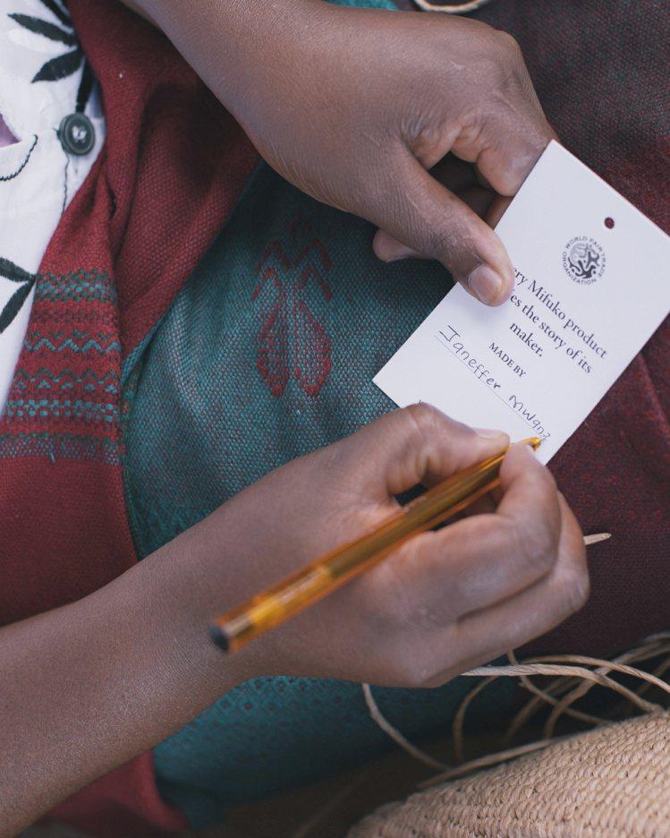 每個提籃的大小形狀會略有不同,並各自附有該編織工匠簽名的皮革標籤,讓工匠與使用者...