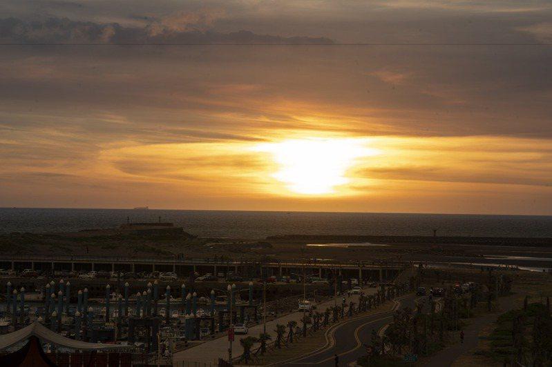 民眾到南寮站施打,可在施打站直接欣賞到夕陽美景。圖/新竹市政府提供