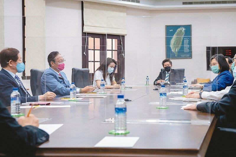 蔡英文總統(右)日前接見台積電董事長劉德音(左一)與永齡基金會創辦人郭台銘(左二),三方達成共識,疫苗採購愈快愈好,且必須原廠製造、原廠包裝、直送台灣。 圖/總統府提供