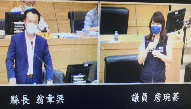 嘉義縣議員詹琬蓁(右)上午針對大家搶打莫德納,疫苗不足,質詢縣長翁章梁(左)。記者魯永明/翻攝