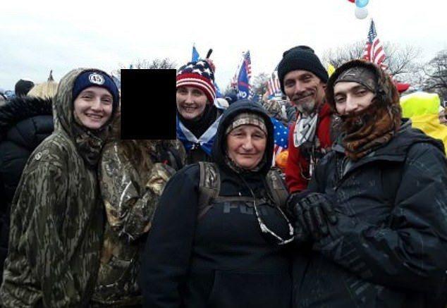 德州博爾格的穆恩一家,左起凱麗、某未成年兒童、克莉絲蒂、朵恩、湯姆與喬許。除該兒童外,5人均因涉及國會暴亂案被捕。畫面翻攝:MAILONLINE