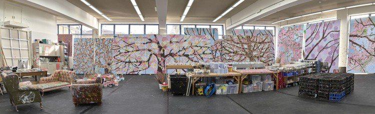 「Cherry Blossoms 櫻花盛放」在工作室的全景。圖/卡地亞提供