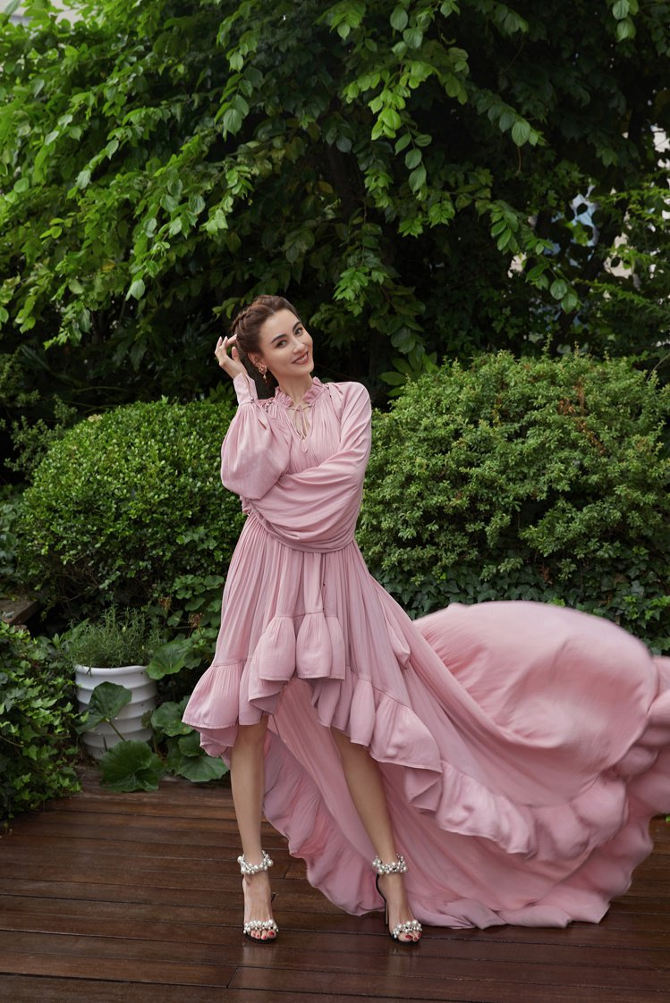 張柏芝日前以一身前短後長的粉紅洋裝搭配JIMMY CHOO MAISEL不規則珍...