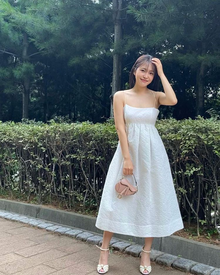 人氣女團Red Velvet成員Yeri選穿全白細肩帶洋裝配SACORA珍珠涼鞋...