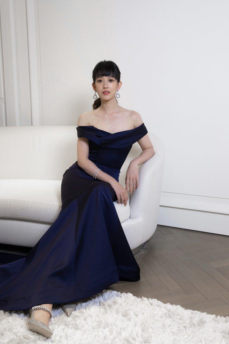 孟耿如用BAILY鞋款搭配深藍色婚紗。圖/JIMMY CHOO提供