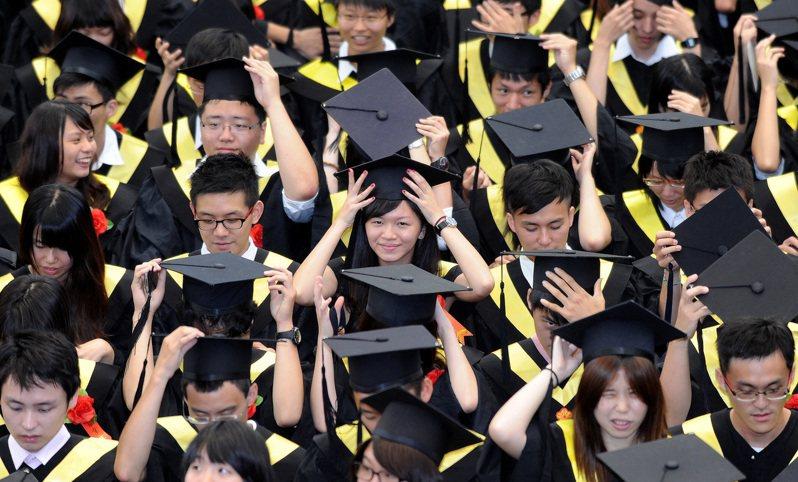 今年畢業生剛好遇到疫情,求職難度更高。圖為過去的台大畢業典禮情況。圖/聯合報系資料照片