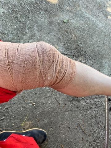 王識賢拍「神之鄉」後膝蓋受傷忍痛去放血。圖/王識賢提供