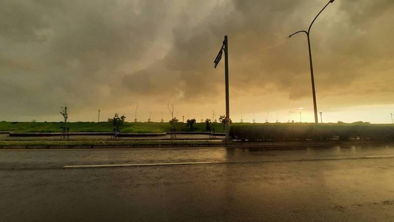高雄市今天下午起天空籠罩烏雲,還有陣陣悶雷。記者陳玫伶/攝影