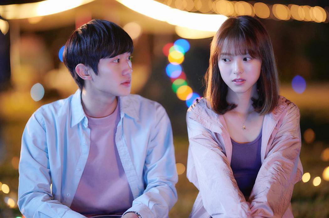 姜典(左)、項婕如在「愛的奧特萊斯」中大談戀愛,狂冒粉紅泡泡。圖/LINE TV
