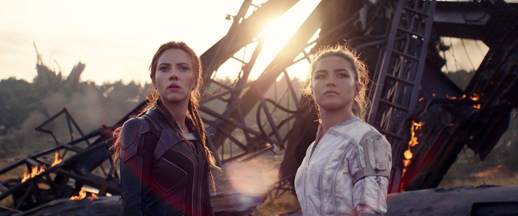 佛蘿倫絲普伊(右)與思嘉莉約翰森演出一對假姊妹,但戲裡戲外都培養出深厚情誼。圖/
