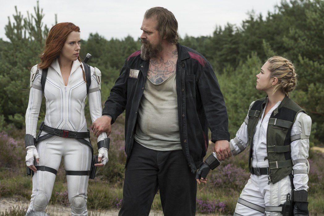 思嘉莉約翰森(左起)、大衛哈伯與佛蘿倫絲普伊在「黑寡婦」有不少逗趣的對手戲。圖/...