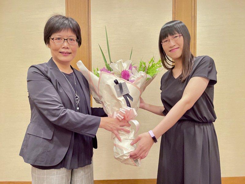 駐日本代表處台灣文化中心主任王淑芳(左)代表駐日代表謝長廷與文化部長李永得向李琴峰恭賀得獎。圖/文化部提供