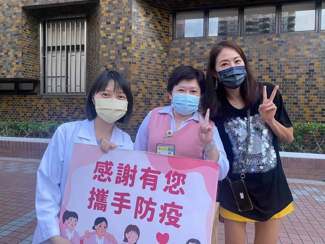 賈永婕(右)送愛心便當挺醫護的活動暫時告一段落。圖/摘自臉書