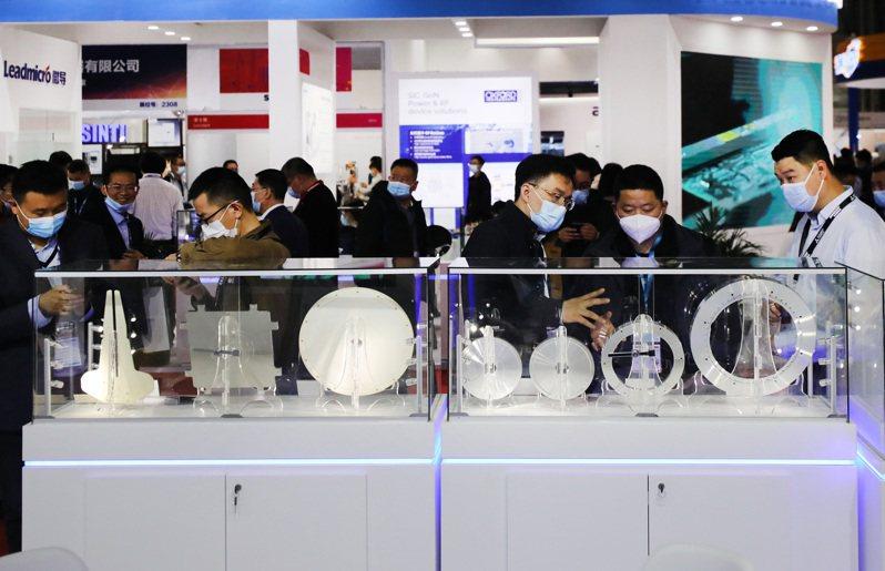 「2021中國國際半導體展」3月在滬開幕,圖為參觀者在一組LED和半導體減薄砂輪展品前駐足觀看。( 新華社)