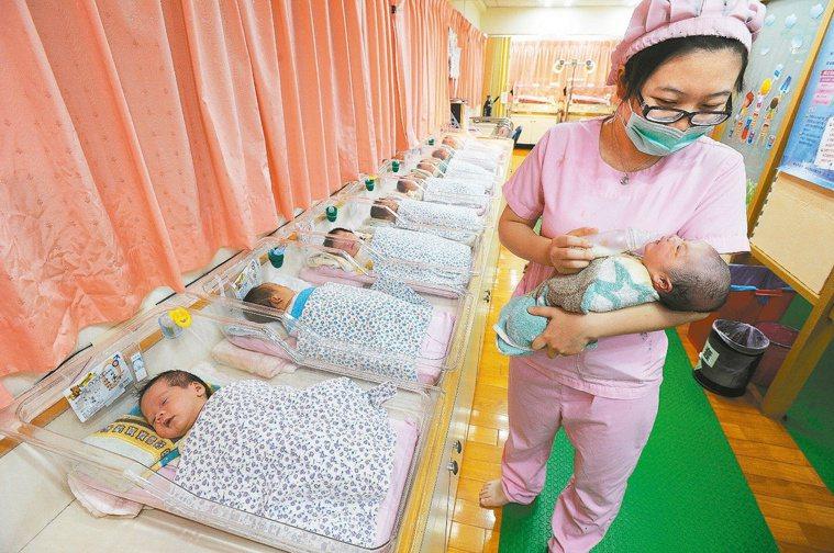 七月一日起,擴大補助不孕夫妻進行試管嬰兒手術,各大醫院詢問度大增。圖為新生兒,非...