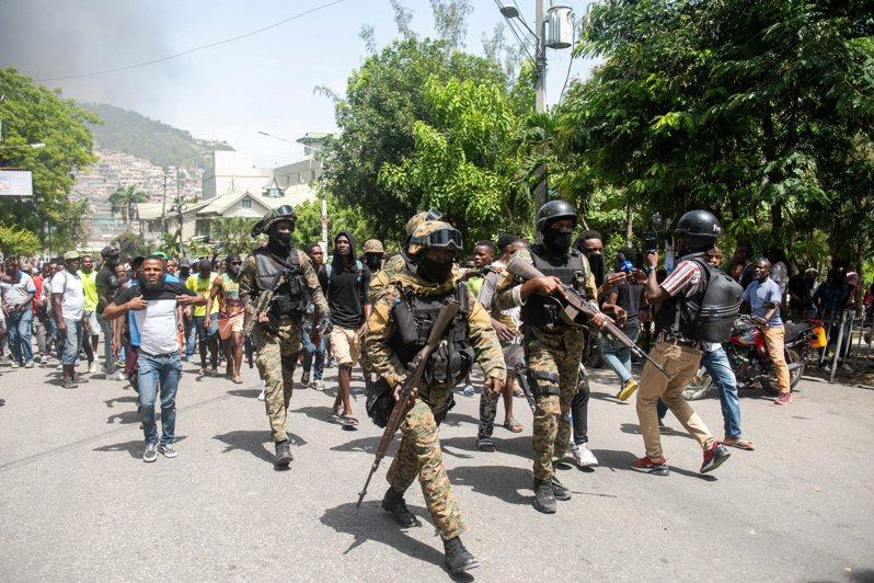 海地警方8日在逮捕兩名涉嫌參與刺殺總統嫌犯後派出多名警力在街上巡邏,阻止暴徒前往關押嫌犯的警察局鬧事。歐新社
