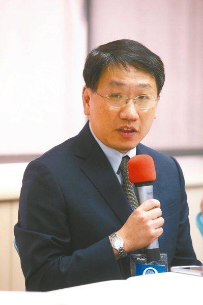 陽明交通大學副校長楊慕華指出,頭頸癌病患回診,應做好口罩、面罩防護,並以紗布遮蓋...