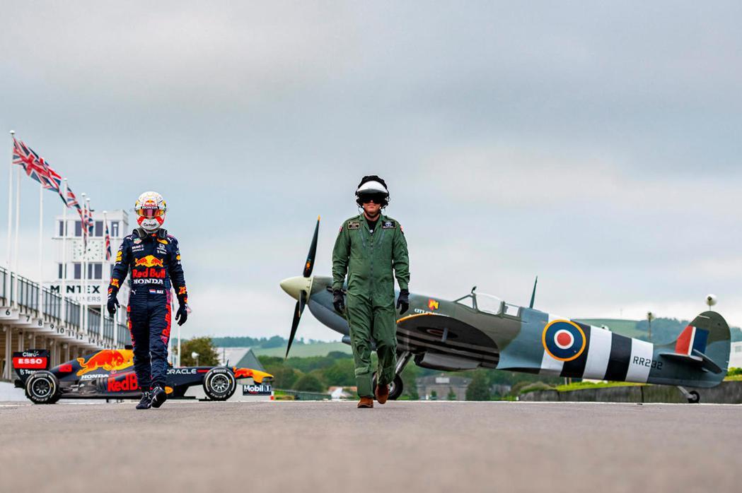 今年表現亮眼的主力車手Max Verstappen開著RB7賽車,在銀石賽道與一...