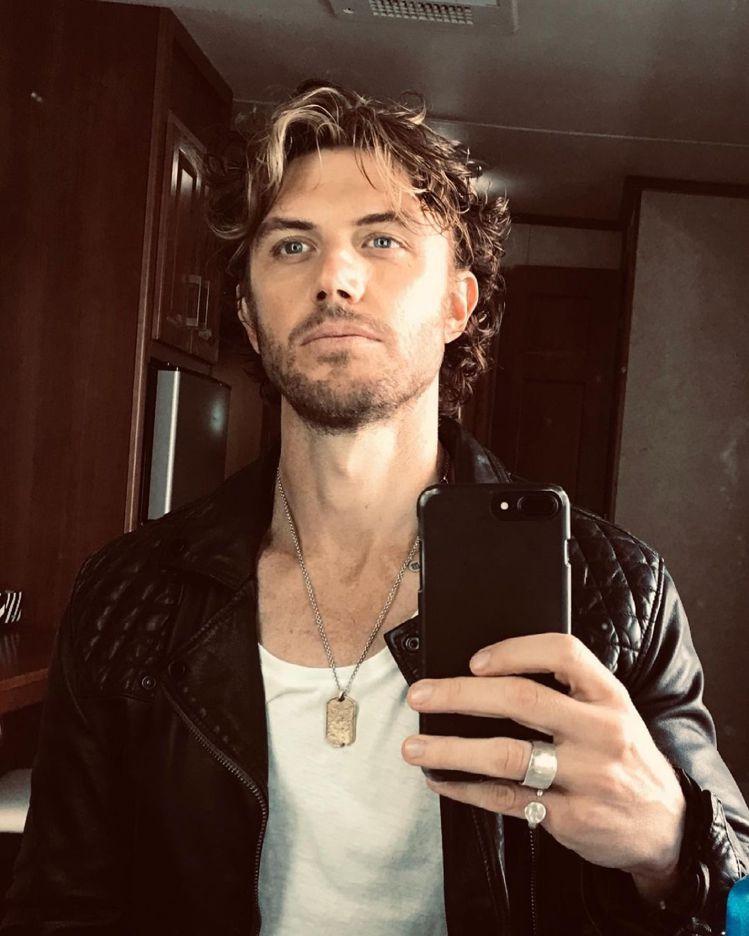 Adam Demos也曾在個人的instagram分享AllSaints皮衣穿搭...